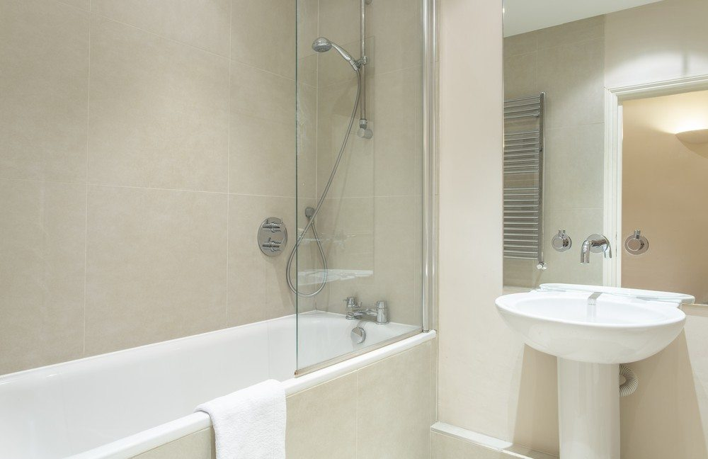 Corporate-accommodation-Liverpool-Street-London---Bright-Bathroom