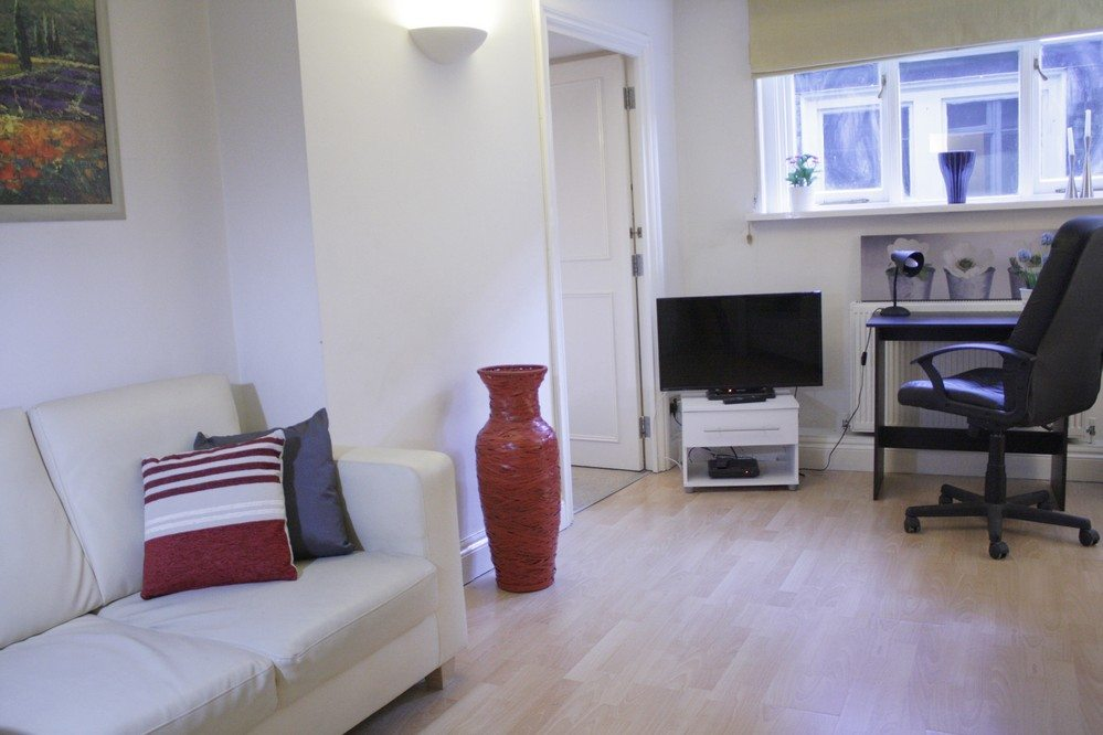 Corporate-accommodation-Liverpool-Street-London---Living-Room-with-wood-floors