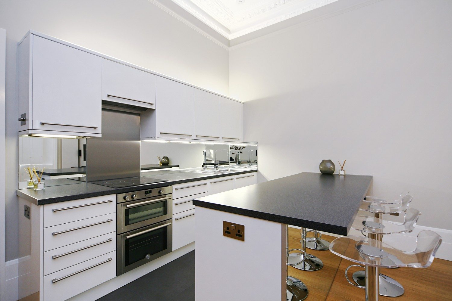 Luxury-Apartments-South-Kensington---Stylish-Kitchen-with-bar