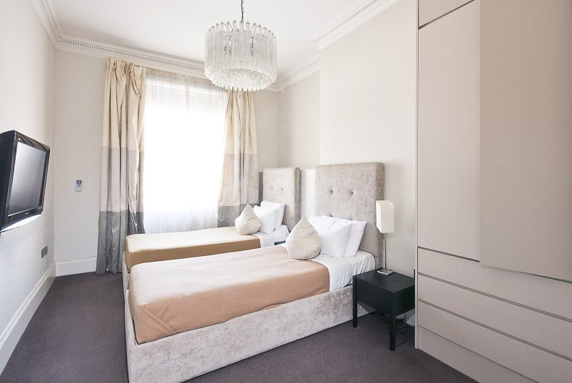 Short-Stay-Apartments-Mayfair-London---Urban-Stay-corporate-accommodation---Bedroom-2