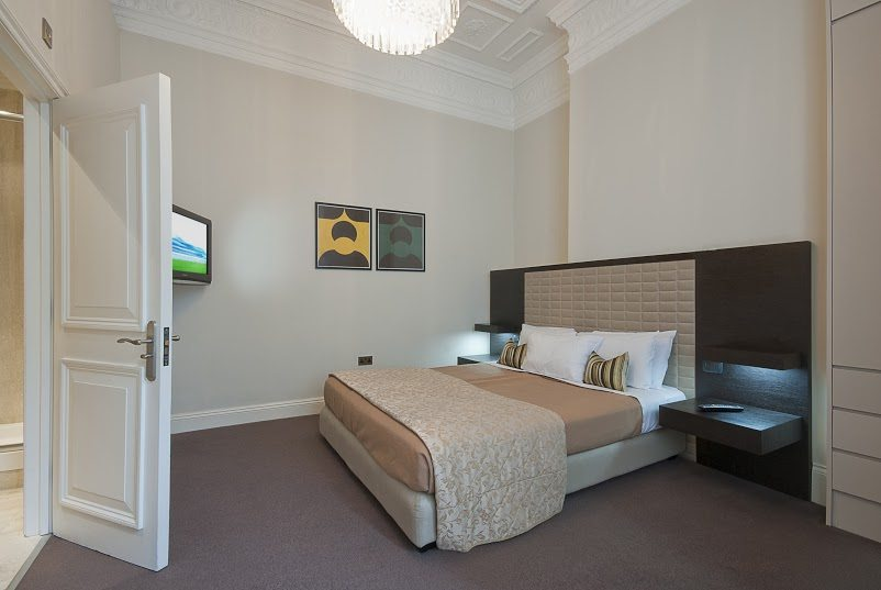 Short-Stay-Apartments-Mayfair-London---Urban-Stay-corporate-accommodation---Bedroom
