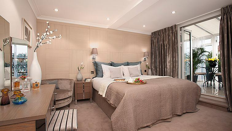 Book Luxury Accommodation Knightsbridge London now! Claverley Court offers short let serviced apartments London near Hyde Park, Buckingham Palace & Harrods! Urban Stay