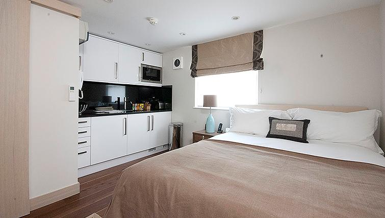 Book-Luxury-Accommodation-Knightsbridge-London-now!-Claverley-Court-offers-short-let-serviced-apartments-London-near-Hyde-Park,-Buckingham-Palace-&-Harrods!-Urban-Stay