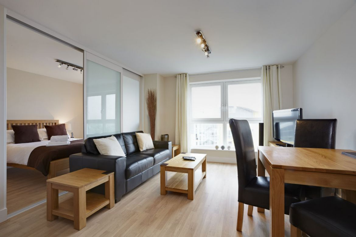 Living-Room-in-Skyline-Plaza-Apartments---Basingstoke-Serviced-Apartments,-UK