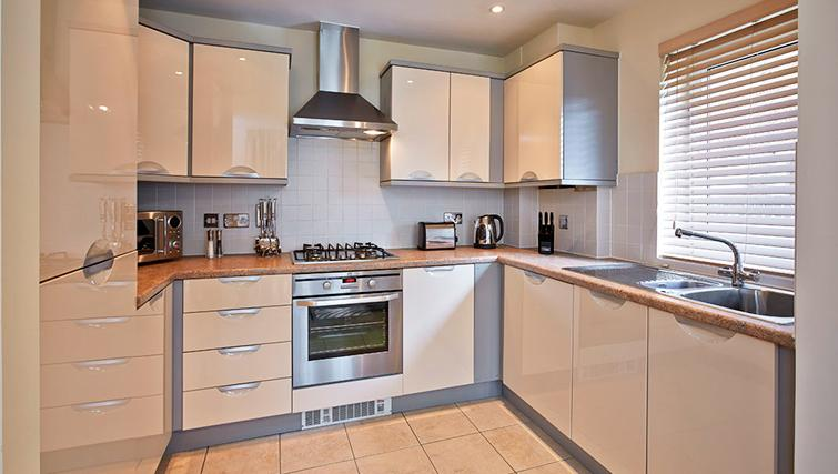 Pavilions-Windsor-serviced-apartments-UK---Urban-Stay-corporate-accommodation---kitchen