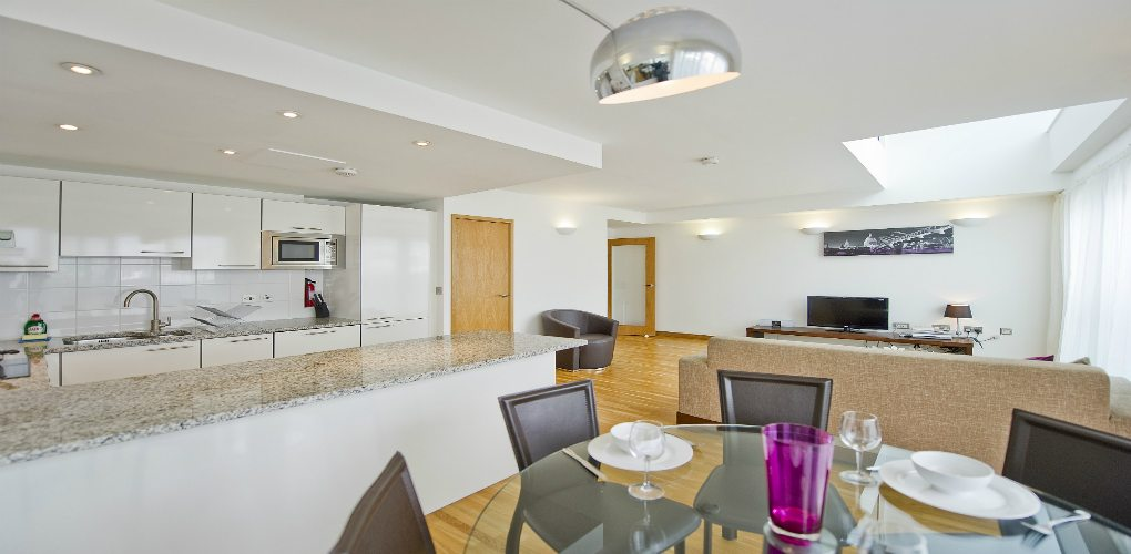 Saffron Heights Clerkenwell Serviced Apartments London Urban Stay - Kitchen and Dining Area