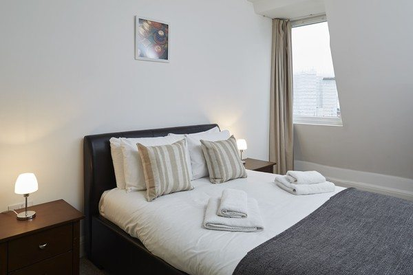 Vauxhall-Serviced-Apartments-South-London-Urban-Stay---Bedroom-with-Window