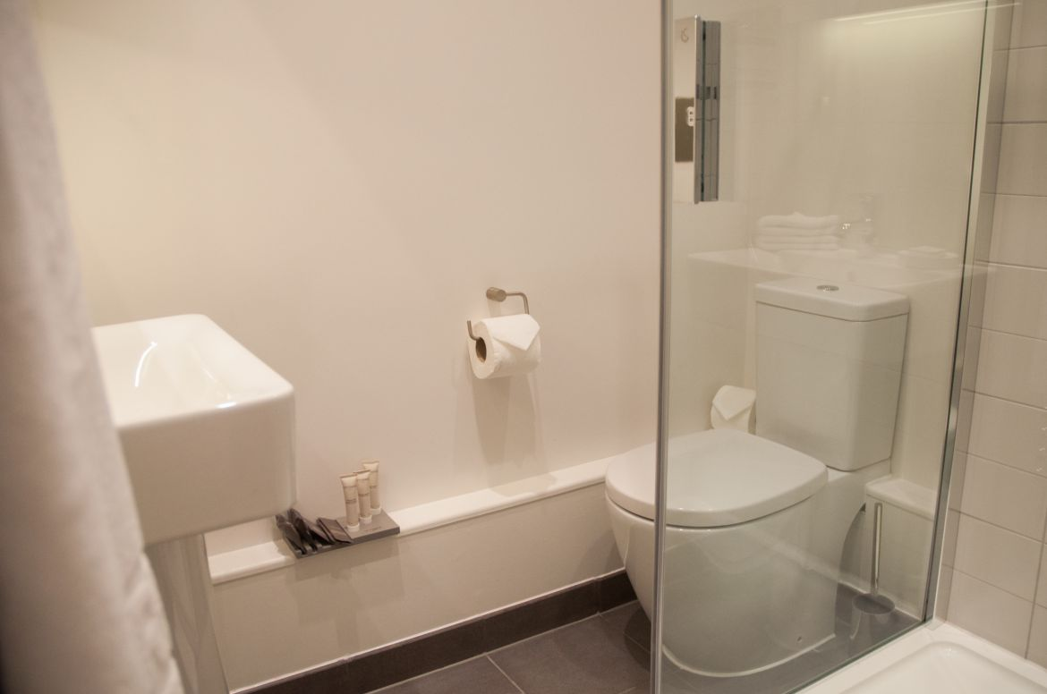 Modern-Bathroom-at-West-Street-Serviced-Apartments-Covent-Garden,-London-|-Urban-Stay