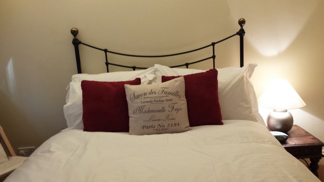 Liverpool-Street-Serviced-Apartments-London---Astral-House-Bedroom-red-|-Urban-Stay