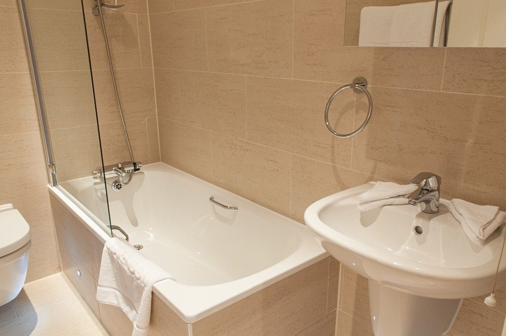 Master-Bathroom-at-Savage-Gardens-Serviced-Apartments-Tower-Hill,-London-City