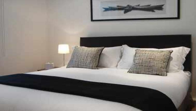 Luxury-Bedroom-at-Savage-Gardens-Serviced-Apartments-Tower-Hill,-London-City