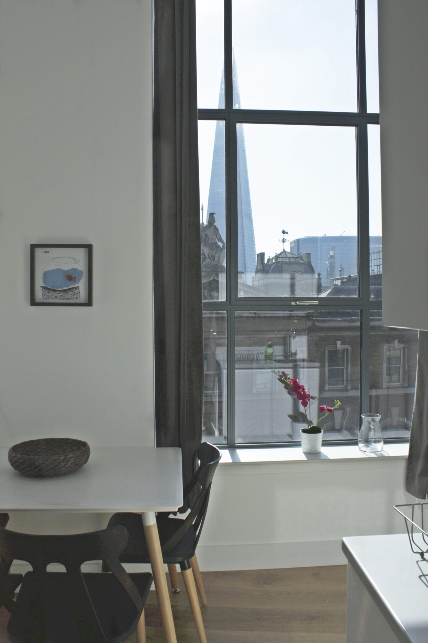 Shard-View-Apartments-Monument---The-City-of-London---dining-area-view