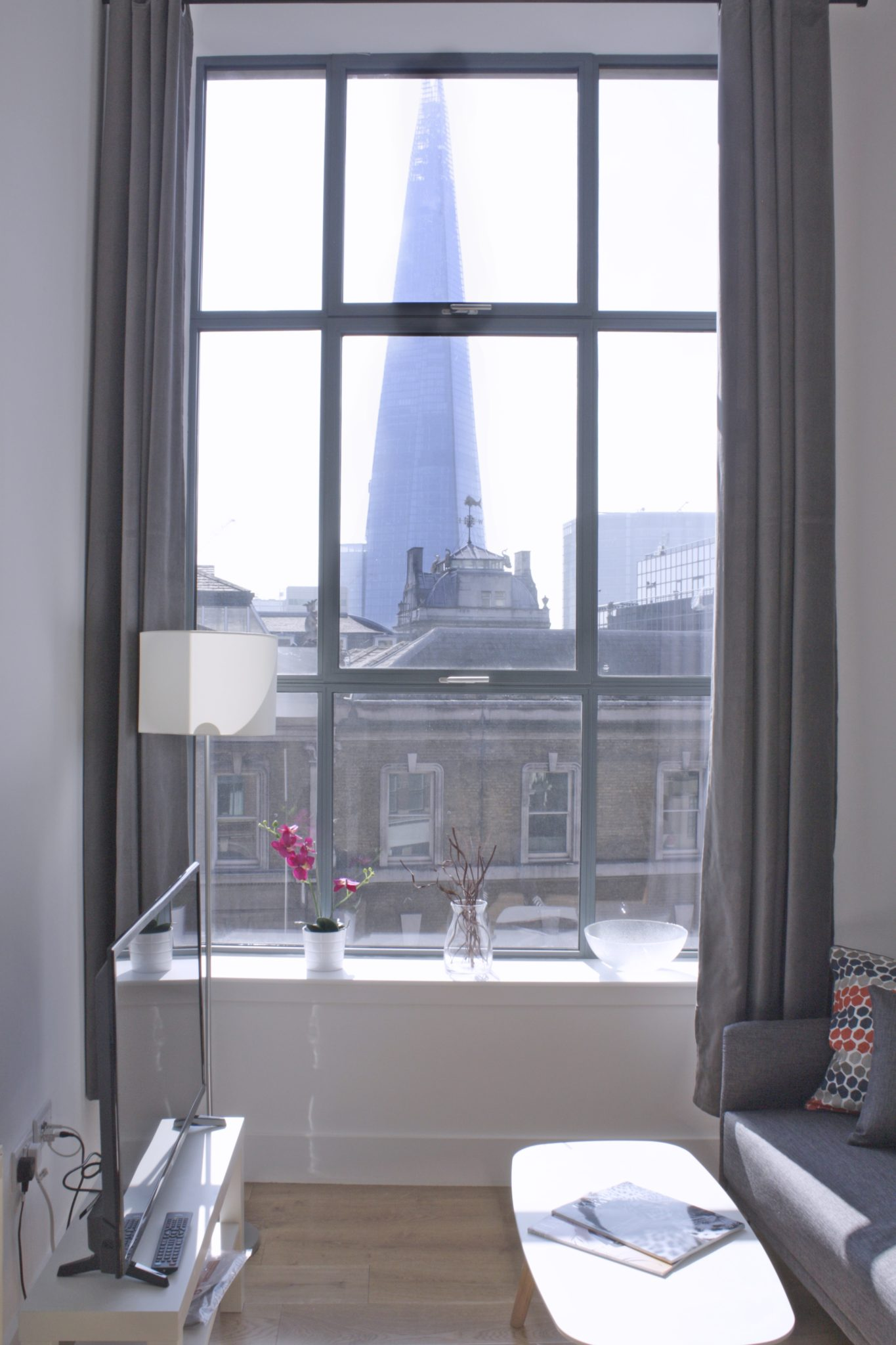 Shard-View-Apartments-Monument---The-City-of-London---living-room-view