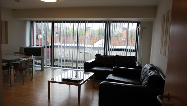 Anchor-Court-Serviced-Apartments-Basingstoke-UK-|-Urban-Stay---Modern-Living-Room