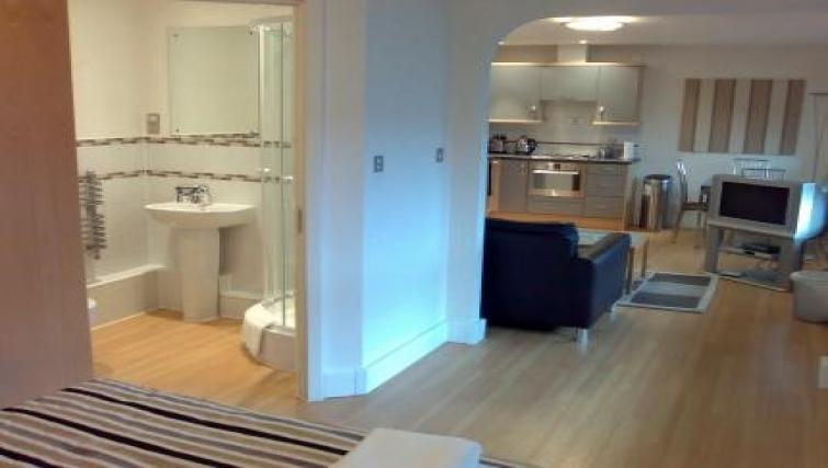 Anchor-Court-Serviced-Apartments-Basingstoke-UK-|-Urban-Stay---Bathroom-and-Kitchen