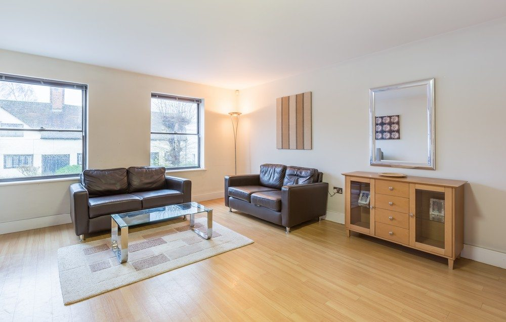 Anchor-Court-Serviced-Apartments-in-Basingstoke-UK---Living-Room-free-wifi
