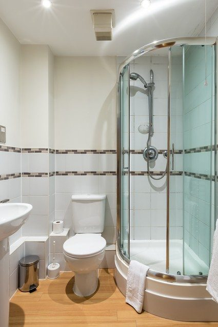 Anchor-Court-Serviced-Apartments-in-Basingstoke-UK---bathroom-with-shower