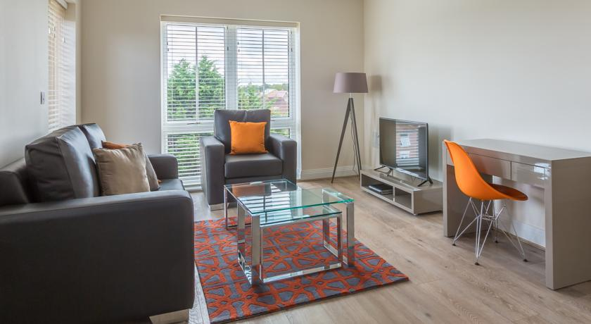 Athena Court Accommodation Maidenhead Serviced Apartments UK – wooden living room | Urban Stay