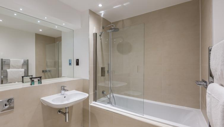 Athena Court Accommodation Maidenhead Serviced Apartments UK – bathroom | Urban Stay