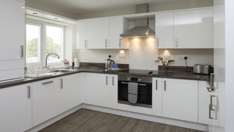 Bracknell-Serviced-Apartments---Beneficial-House-Corporate-Accommodation---spacious-kitchen-|-Urban-Stay