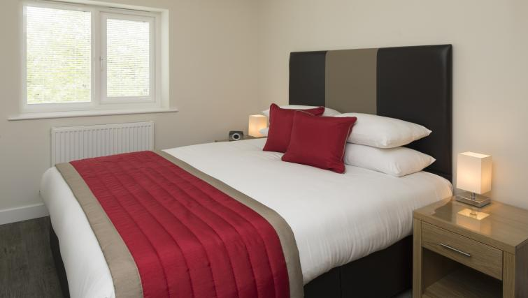 Bracknell-Serviced-Apartments---Beneficial-House-Corporate-Accommodation---bedroom-|-Urban-Stay
