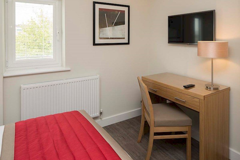 Bracknell-Serviced-Apartments---Beneficial-House-Corporate-Accommodation---work-desk-|-Urban-Stay