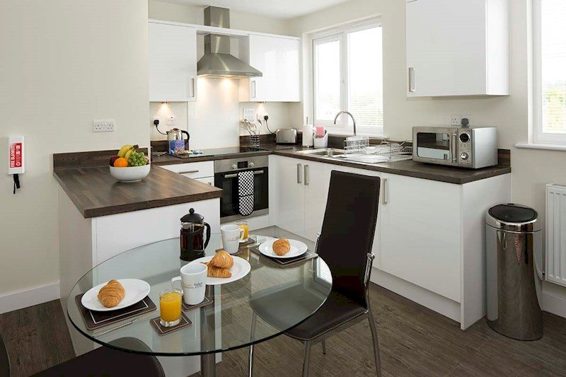 Bracknell-Serviced-Apartments---Beneficial-House-Corporate-Accommodation---kitchen-and-dining-|-Urban-Stay