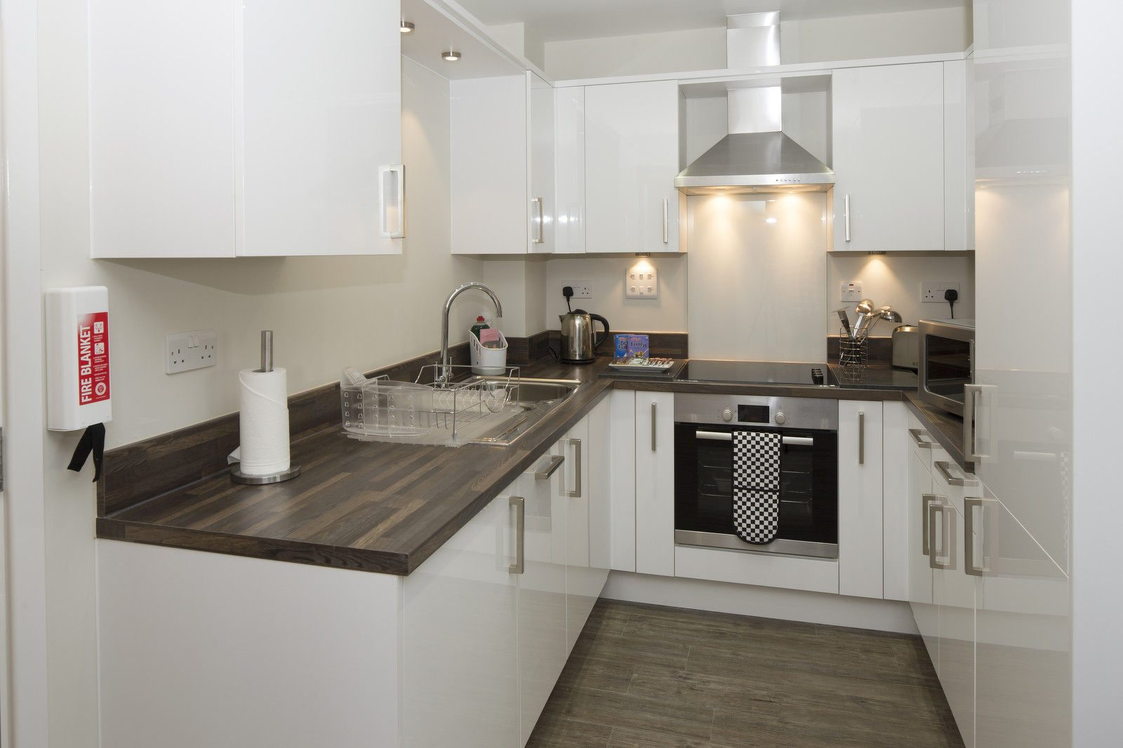 Bracknell-Serviced-Apartments---Beneficial-House-Corporate-Accommodation---fully-equipped-kitchen-|-Urban-Stay