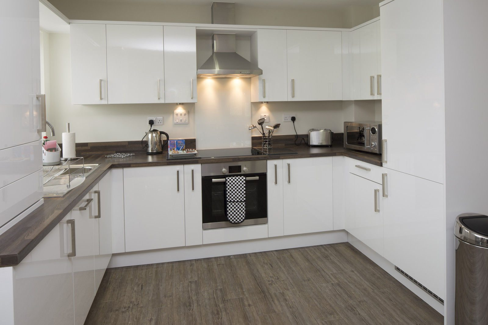 Bracknell-Serviced-Apartments---Beneficial-House-Corporate-Accommodation---self-catering-kitchen-|-Urban-Stay