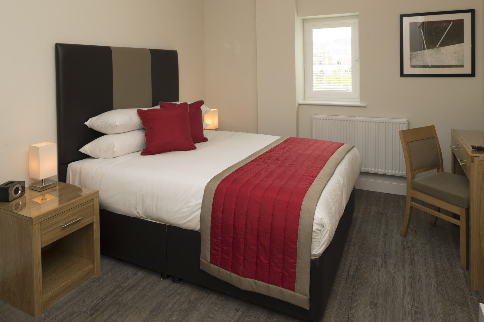 Bracknell-Serviced-Apartments---Beneficial-House-Corporate-Accommodation---modern-bedroom-|-Urban-Stay