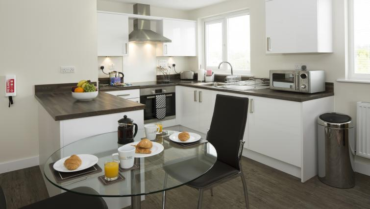 Bracknell-Serviced-Apartments---Beneficial-House-Corporate-Accommodation---kitchen-and-dining-area-|-Urban-Stay