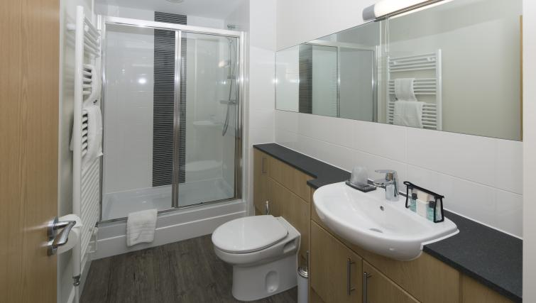 Bracknell-Serviced-Apartments---Beneficial-House-Corporate-Accommodation---bathroom-|-Urban-Stay