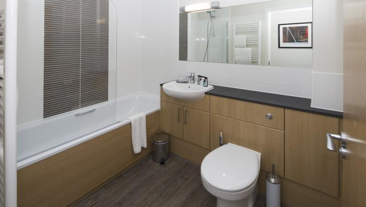 Bracknell-Serviced-Apartments---Beneficial-House-Corporate-Accommodation---modern-bathroom-|-Urban-Stay