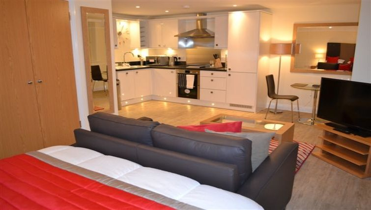 Central-Point-Corporate-Accommodation-Basingstoke-UK-Kitchen-and-Dining-Area