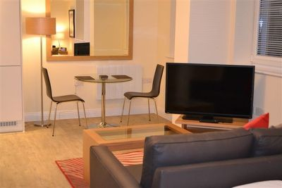 Central-Point-Corporate-Accommodation-Basingstoke-UK-Dining-Area