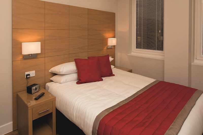 Central-Reading-Apartments---serviced-corporate-accommodation---modern-bedroom-|-Urban-Stay