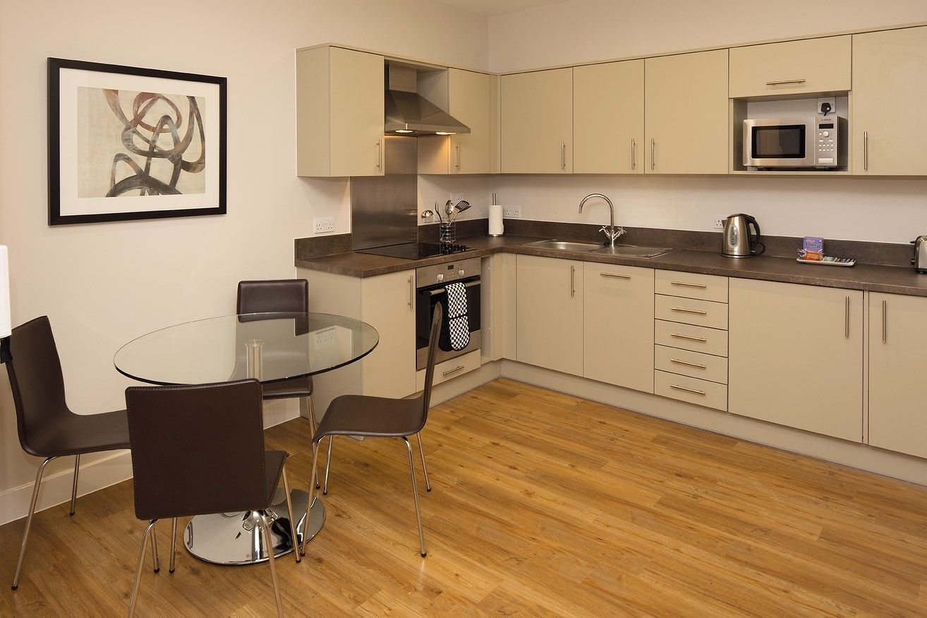 Central-Reading-Apartments---serviced-corporate-accommodation---kitchen-and-dining-area-|-Urban-Stay