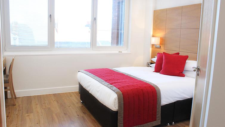 Central-Reading-Apartments---serviced-corporate-accommodation---bedroom-|-Urban-Stay