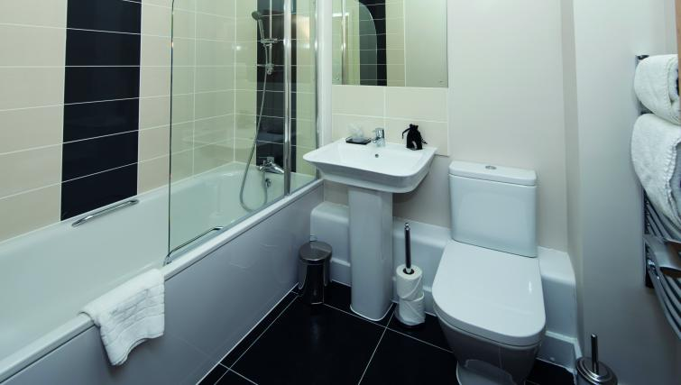 Central-Reading-Apartments---serviced-corporate-accommodation---family-bathroom-|-Urban-Stay