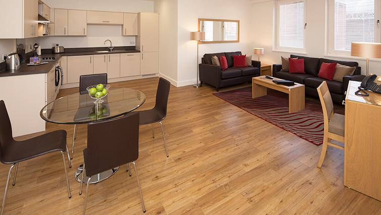 Central-Reading-Apartments---serviced-corporate-accommodation---open-plan-living-room-|-Urban-Stay