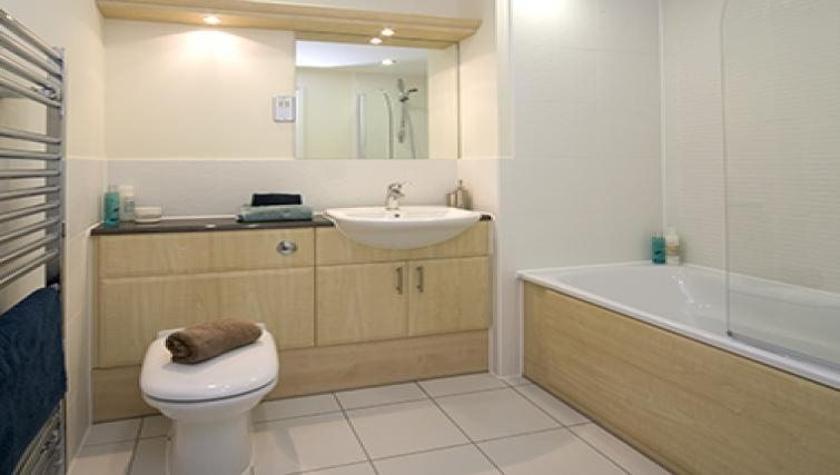 Cliddesden-Place-Short-Stay-Apartments-Basingstoke-UK-Bathroom
