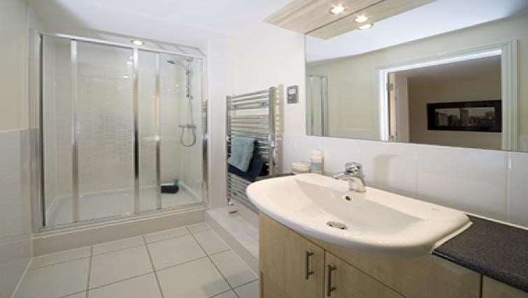 Cliddesden-Place-Short-Stay-Apartments-Basingstoke-UK-Modern-Bathroom