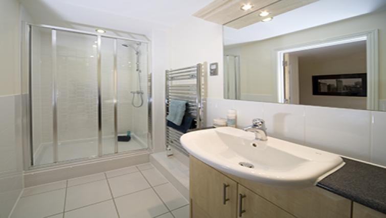 Cliddesden-Place-Short-Stay-Apartments-Basingstoke-UK-Modern-Bathroom