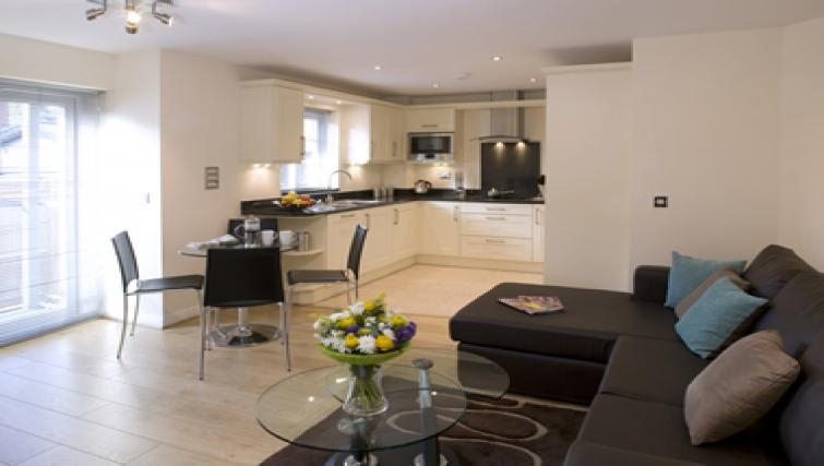 Cliddesden-Place-Short-Stay-Apartments-Basingstoke-UK-Open-Plan-Kitchen