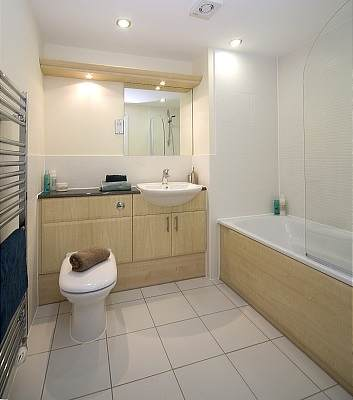 Cliddesden-Place-Short-Stay-Apartments-Basingstoke-UK-Family-Bathroom