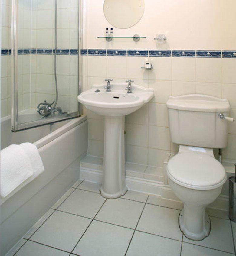 Selborne-Court-Short-Stay-Apartments-Bracknell-UK-corporate-accommodation-–-bathroom-|-Urban-Stay