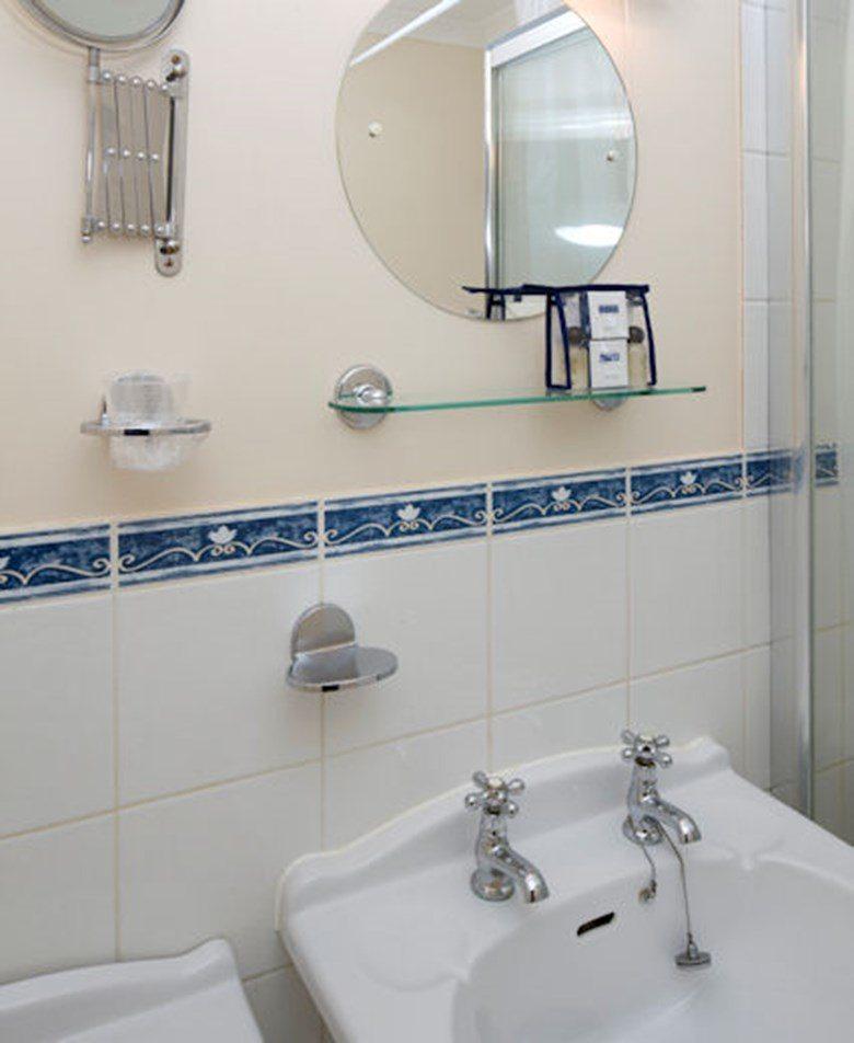 Selborne-Court-Short-Stay-Apartments-Bracknell-UK-corporate-accommodation-–-modern-bathroom-|-Urban-Stay
