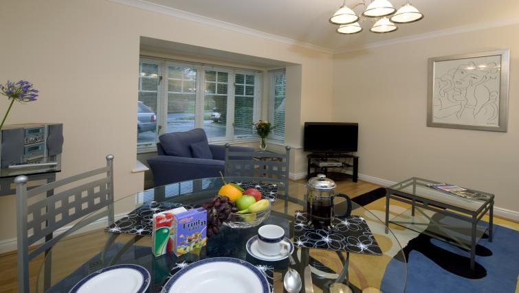 Selborne-Court-Short-Stay-Apartments-Bracknell-UK-corporate-accommodation-–-bright-living-room-|-Urban-Stay