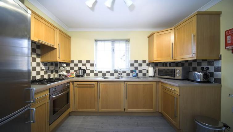 Selborne-Court-Short-Stay-Apartments-Bracknell-UK-corporate-accommodation-–-spacious-kitchen-|-Urban-Stay