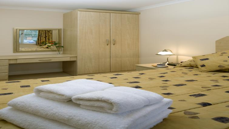 Selborne-Court-Short-Stay-Apartments-Bracknell-UK-corporate-accommodation-–-double-bedroom-|-Urban-Stay